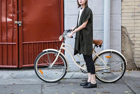 Frau mit Fahrrad nachhaltig versichert