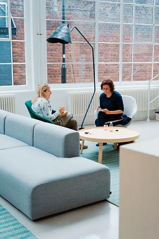Beratungssituation zwei Frauen im Gespräch