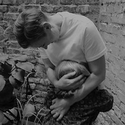 Mutter umarmt ihr Kind Mamaworkshop