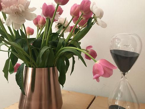 Tulpen in Vase auf dem Tisch im Beratungsraum