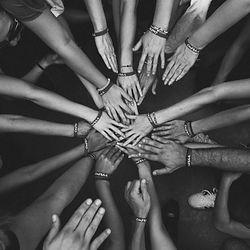 Hände eines Teams bilden Gemeinschaft beim Teamworkshop