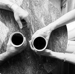 Vertrauen beim Einzelcoaching und entspannte Atmosphäre beim Kaffeetrinken