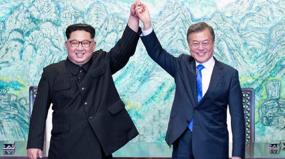 El 27 de abril del 2018, el presidente surcoreano, Moon Jae-in (dcha.), y el líder norcoreano, Kim Jong-un, levantan sus manos unidas tras firmar la Declaración de Panmunjom para la paz, prosperidad y reunificación de la península coreana, durante la cumbre bilateral celebrada en la Casa de la Paz, situada en el lado sur de la aldea del armisticio intercoreana de Panmunjom