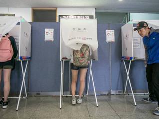 Los votantes van a los centros electorales para las elecciones locales