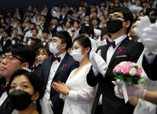 Miles de parejas celebran una boda masiva en Corea del Sur pese al miedo por el coronavirus.