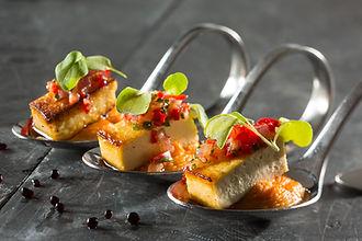 Canape tofu et hummus au poivron rouge.j