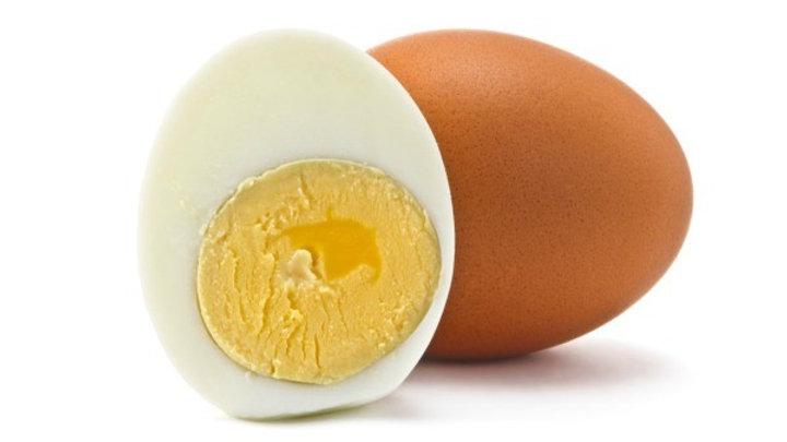 Hartgekochtes Ei gefärbt