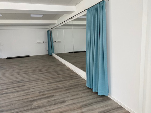 Spiegelwand mit Vorhang