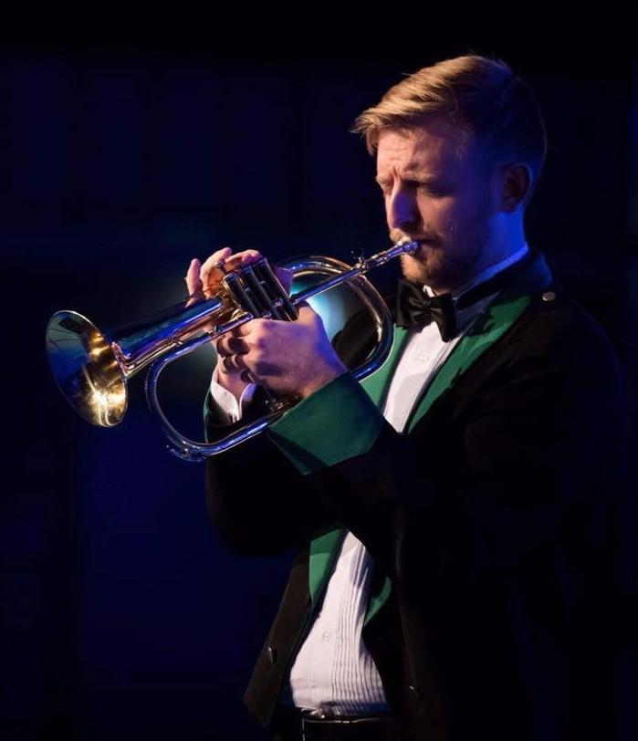 Torstein Holmås som solist under festkonserten med Manger Musikklag