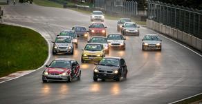 Lietainajā ABC Race autošosejas sezonas atklāšanā spraigas cīņas un sadursmes!