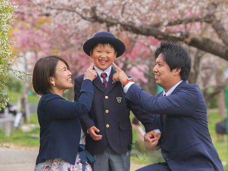 桜の下で入学ランドセル家族写真