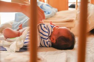 ニューボーンフォト赤ちゃんお世話