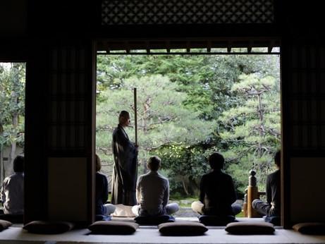 ステイケーションにぴったりな街中ホテルのアクティビティ 瞑想体験と京都四條「南座」舞台見学ツアー付き宿泊プランを販売