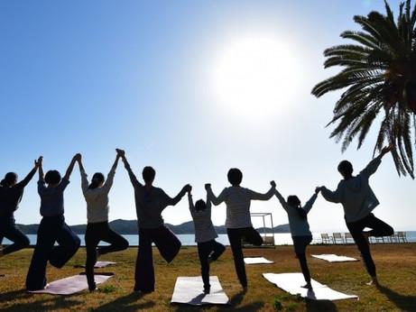 """「原点回帰~自然に還る旅~」をテーマに、""""100人ヨガ at 夕日に染まる浜""""を開催!"""
