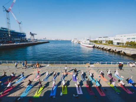 海沿いのオープンモール「MARINE & WALK YOKOHAMA」でSHONAN BEACH YOGAによる8回目のヨガイベント「MARINE YOGA」が10/26(土)-27(日)に開