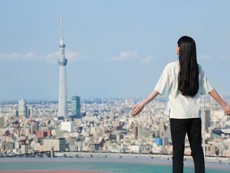 星のや東京 地上160メートルのビルの屋上で朝からストレッチ!「天空深呼吸」開催