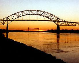 275px-Cape_Cod_Bourne_Bridge_and_Railroad_Bridge