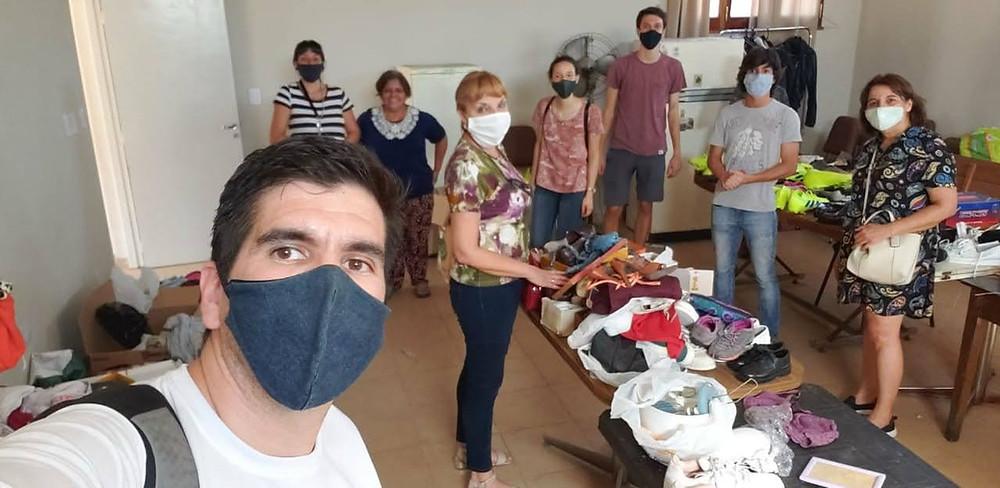 Voluntarios y voluntarias listos para dar comienzo a la feria de ropa