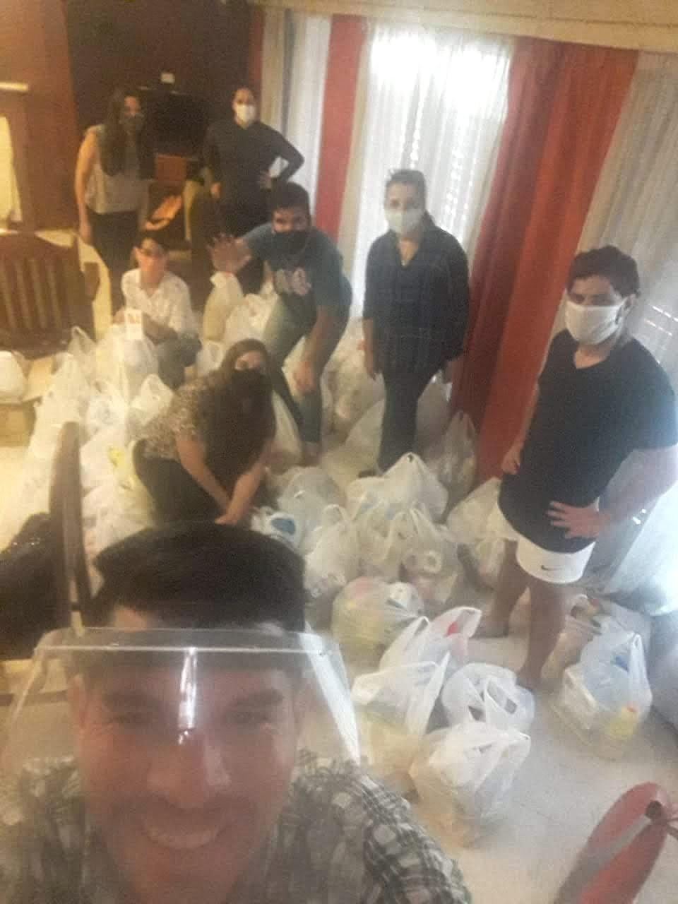 voluntarios ordenando donaciones de mercaderia