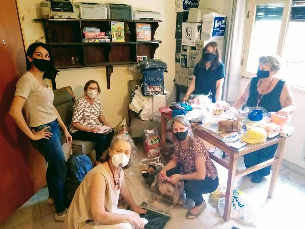 Voluntarios ordenando donaciones
