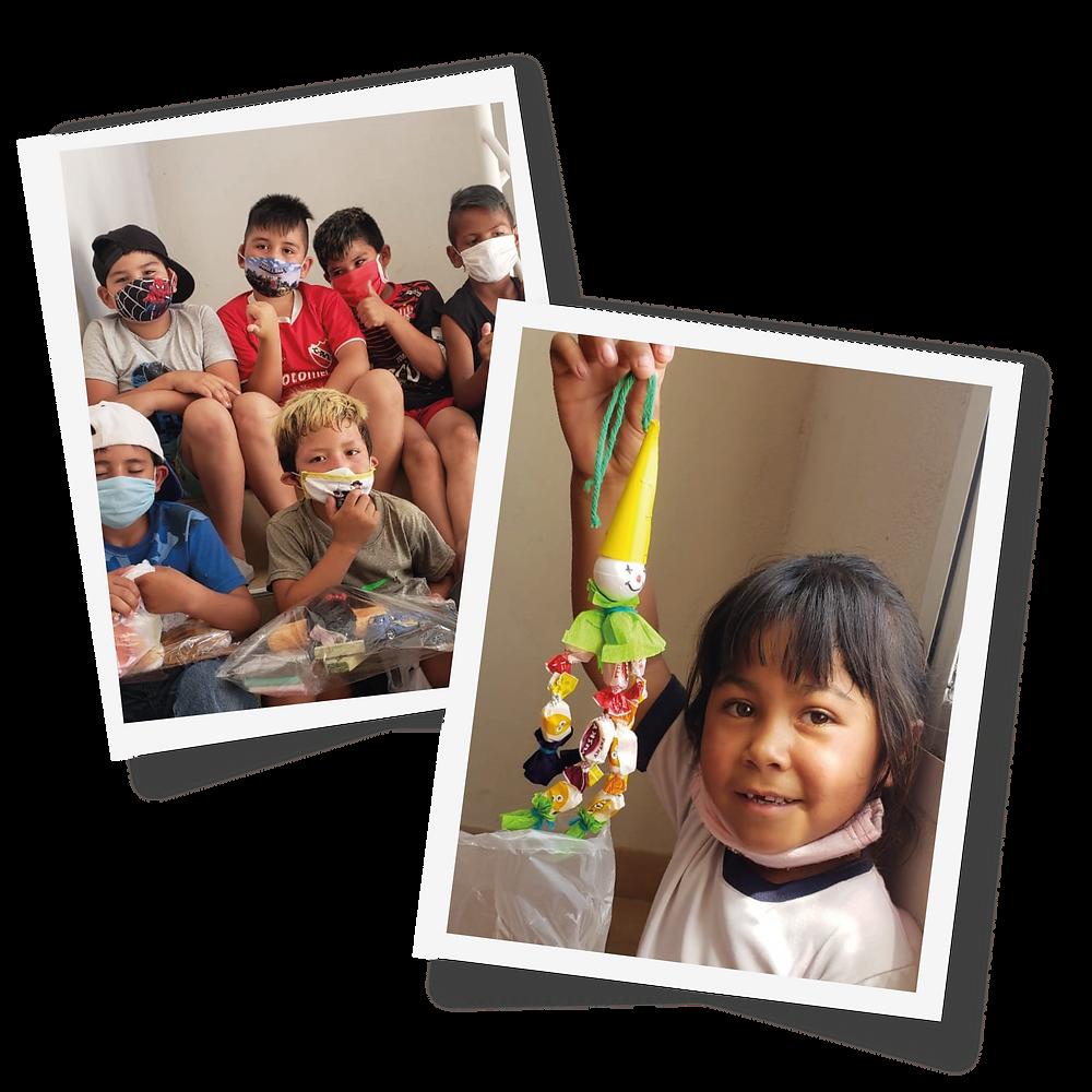 Niños mostrando sus regalos