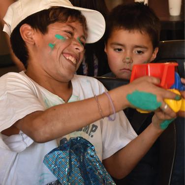 Dos niños jugando sonrientes.