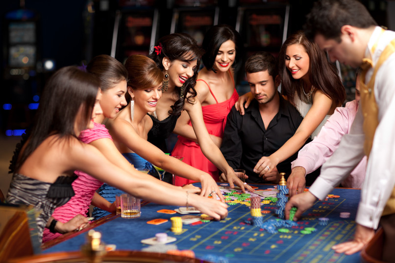 smiling-people-and-dealer-playing-roulet