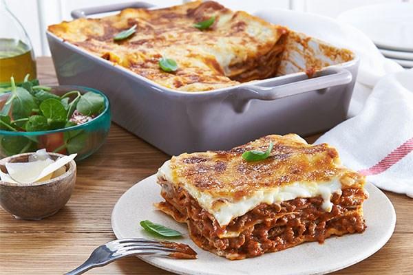 Johns Beef lasagne ¥1280 ジョンのビーブラザニア  A hearty helping of Johns own meaty lasagne recipe served with a garden salad  Add cheesy garlic bread ¥ お肉たっぷりのラザニア.ガーデンサラダと一緒にどうぞ.  チーズ入りガーリックブレッド追加できます