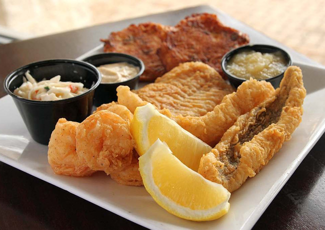Fish fry platter ¥1400 フィッシュフライ・プレート  A selection of offerings from the sea ( please ask for today's selection ) deep fried and served with our homemade tartar sauce and garden salad garnish  海の幸(本日のセレクションはお尋ねください)のフライ.自家製タルタルソースとガーデンサラダ添え