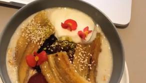 Gezonde havermout porridge met gekarameliseerde banaan en kokosyoghurt (vegan)