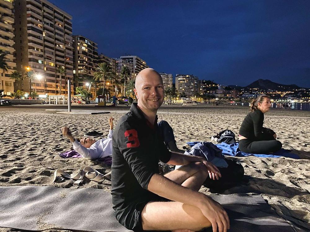 Til yoga på stranden i Málaga City