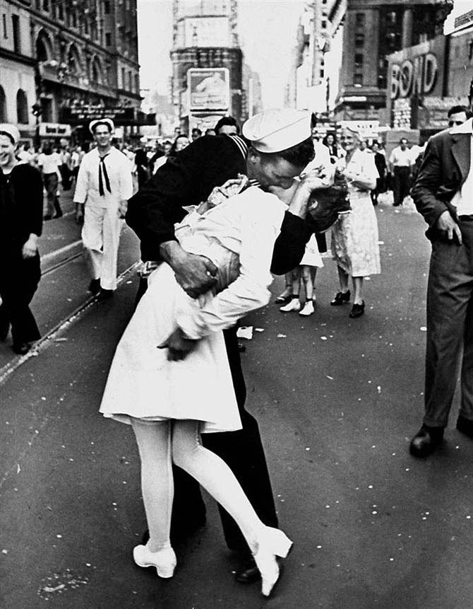 Alfred Eisenstaedt - Kiss in Times Square