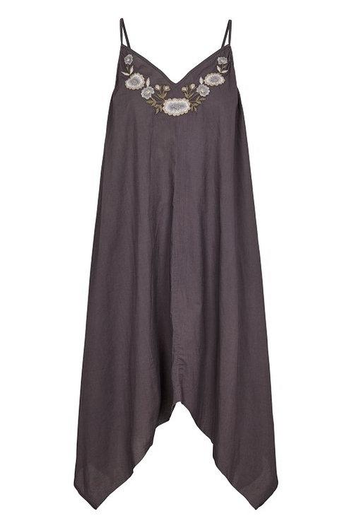 3750L - Cotton strap dress w.emb - Plum kitten