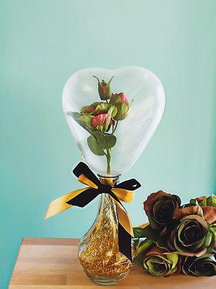 זר פרחים בתוך בלון הפתעה בצורת לב