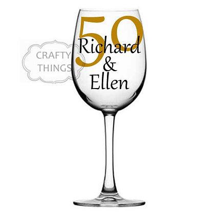 זוג גביעי יין גדולים עם שם במיתוג אישי ליום הנישוי