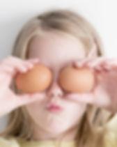Fille tenant des œufs