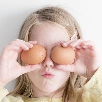 Muchacha que sostiene los huevos