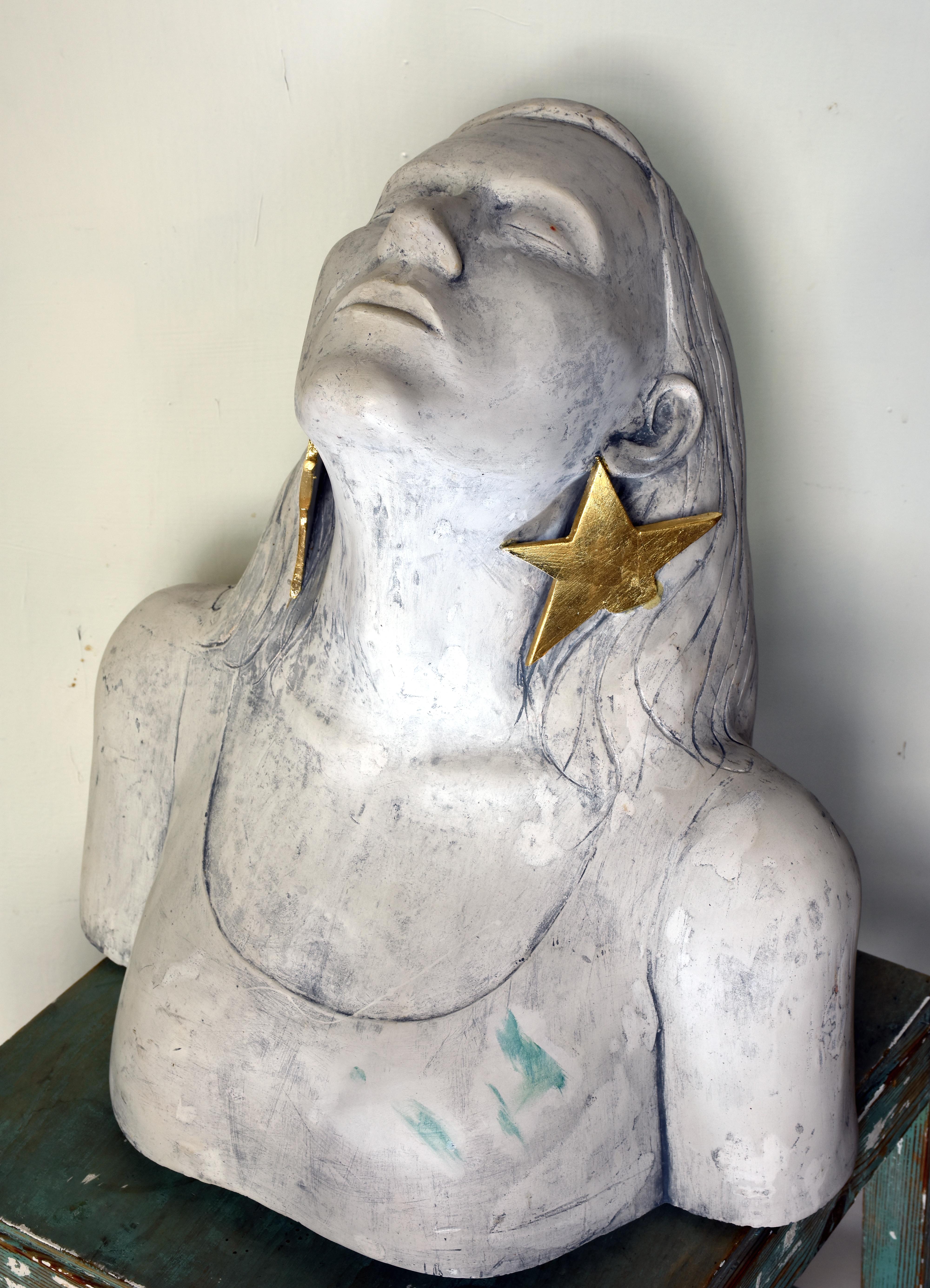 Gipsbüste mit vergoldeten Ohrringen