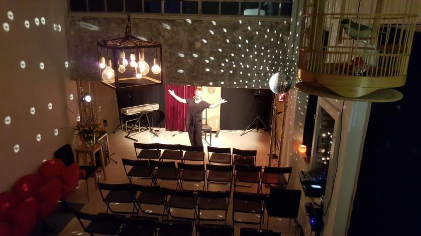 Blick vom Eingang auf Bühne und Zuschauerraum