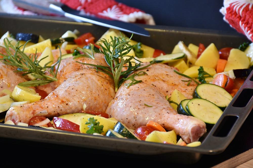 כרעי עוף צלויים עם ירקות בתנור