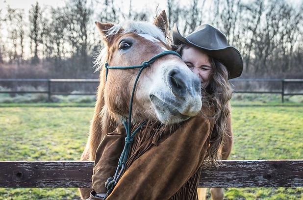 Teen with Horse - AdobeStock_94293903.jp