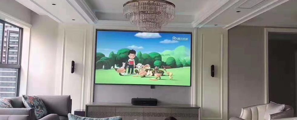 """100"""" 4K 激光電視在客廳"""