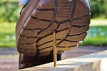 תמונה של סוליה של נעל בעת שהיא דורכת על