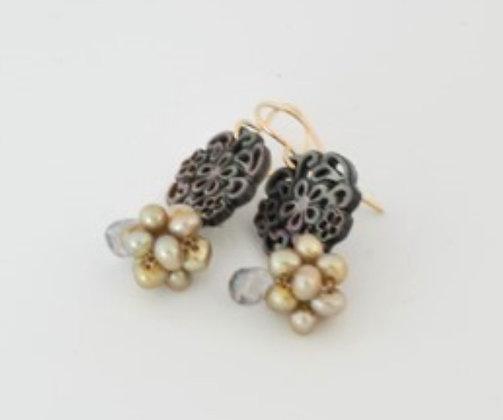ブラックシェルのチャームとグリーンパールボールピアス / Black shell charm & green pearl ball pearl