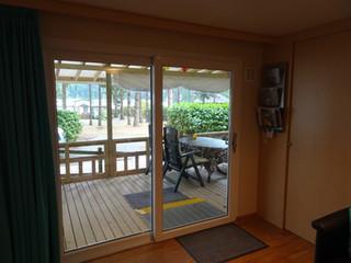 Uitzicht vanuit woonkamer door schuifpui
