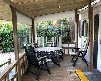 Chalet veranda binnenkant en opritje sch