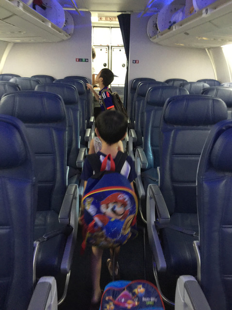 ほぼ徹夜の旅準備でBBAは疲れMax。席はどこ~