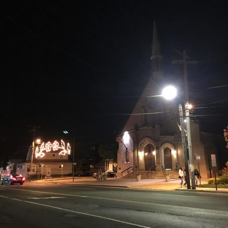 夜のギュードライブにて、お腹ギュー教会発見