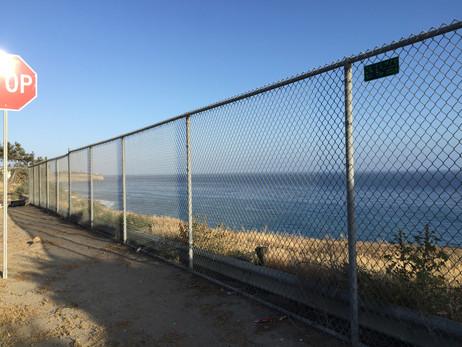 海とストップサイン