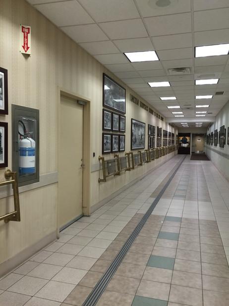病院内をドキドキウロウロして、病院の歴史を飾ってる廊下を発見